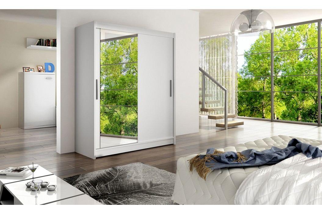 Skříň s posuvnými dveřmi v bílé barvě se zrcadlem F1113