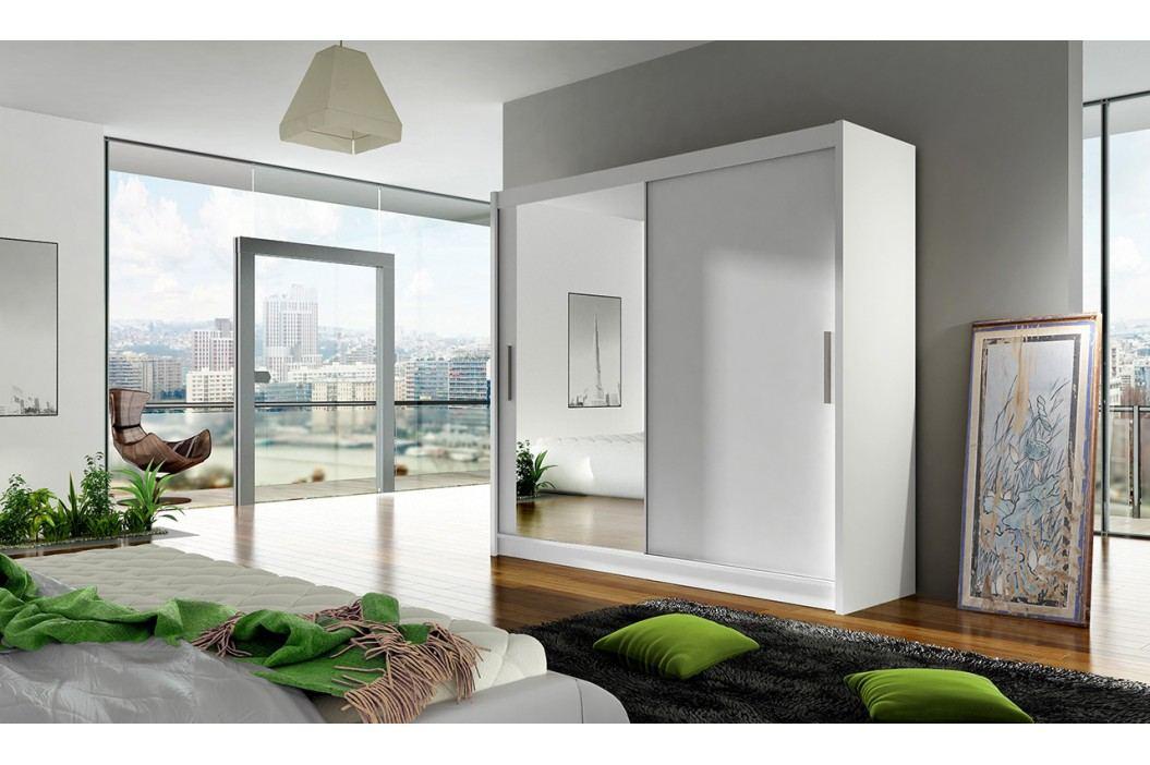 Skříň s posuvnými dveřmi v bílé barvě se zrcadlem F1104