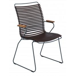 Tmavě hnědá plastová zahradní židle HOUE Click II. s područkami