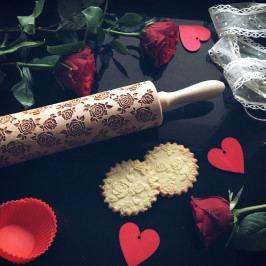 Goody Woody Embosovaný váleček na těsto Roses, přírodní barva, dřevo